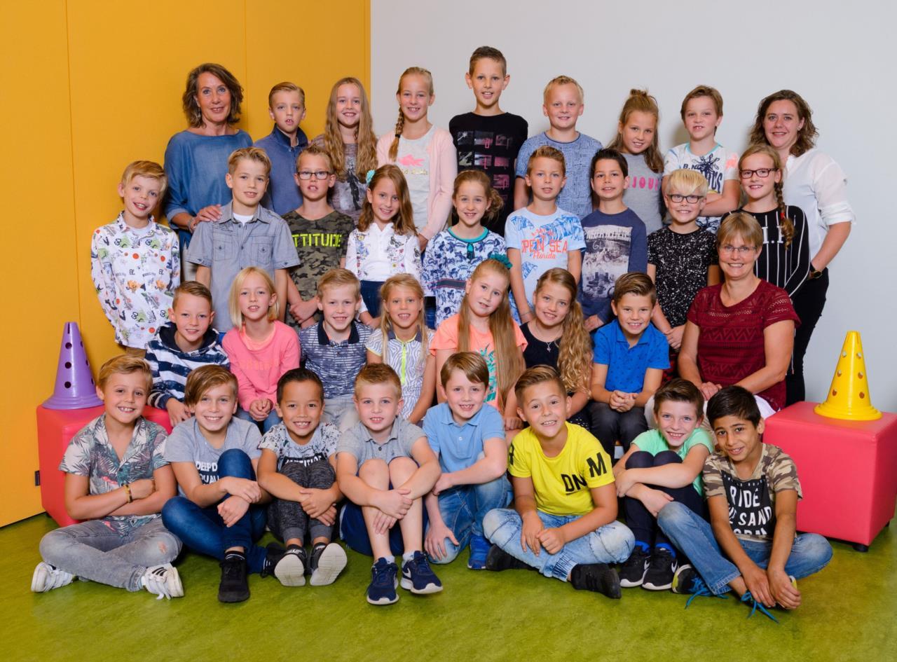 c392b976f98182 Links juf Lida, rechts juf Ilona en zittend juf Tineke met de leerlingen uit  groep 5/6.